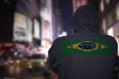 在一条城市街道上的危险人身分有有文本的巴西黑有冠乌鸦的在他的  库存照片