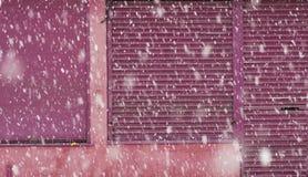在一条城市街道上的大雪在冬天在曼彻斯特Leve 免版税图库摄影