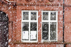 在一条城市街道上的大雪在冬天在曼彻斯特Leve 免版税库存图片