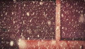 在一条城市街道上的大雪在冬天在曼彻斯特Leve 免版税库存照片