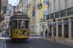 在一条城市街道上的电车在里斯本-葡萄牙 免版税库存照片