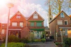 在一条城市街道上的美丽如画的房子在Meerkerk 免版税图库摄影