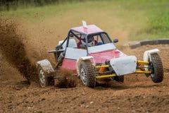 在一条多灰尘的路的Autocross 汽车在路的竞争中在d 库存照片