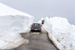 在一条多雪的街道上的汽车 免版税库存图片