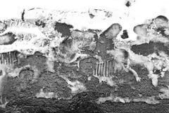 在一条多雪的边路的脚印 免版税库存照片