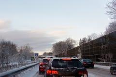 在一条多雪的高速公路的交通堵塞 库存图片