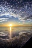 在一条大理石长凳的反射日出 图库摄影