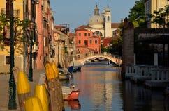 在一条威尼斯式运河的松弛晚上 库存照片