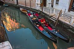 在一条威尼斯式运河的长平底船 库存图片
