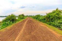 在一条安静的土路的道路在多云天空下 免版税库存图片