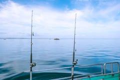在一条宪章小船的钓鱼竿在远的Nort的镇静,平静的海 免版税库存图片