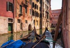 在一条小中世纪运河的两艘长平底船 意大利威尼斯 免版税库存照片