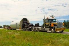 在一条小国家高速公路的特大装载 免版税库存图片
