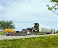 在一条小国家高速公路的特大装载 库存照片