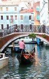 在一条小威尼斯式运河的长平底船 库存图片
