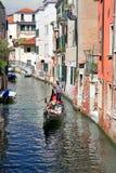在一条小威尼斯式运河的长平底船 免版税库存照片