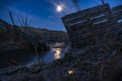 在一条小小河的银行夜 库存图片