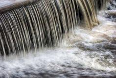 在一条小小河的水流量瀑布 免版税库存图片