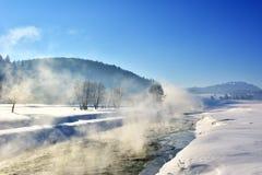 在一条小河上的蒸汽在冬天 库存图片