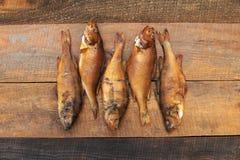 在一条小河捉住的中型鱼栖息处堵塞了与樱桃锯木屑 免版税库存图片