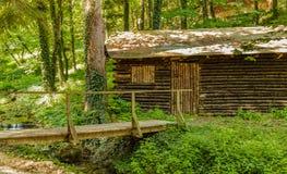 在一条小河旁边的老木村庄在索科矿泉村,塞尔维亚 库存照片