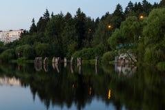 在一条小河的小水坝, Zelenograd 免版税库存照片