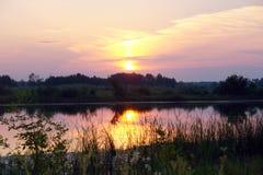 在一条小河的日落 免版税图库摄影