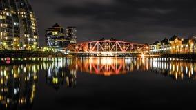在一条小河的桥梁有长的反射的 库存图片
