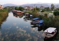 在一条小河的游船在费特希耶,土耳其 库存照片