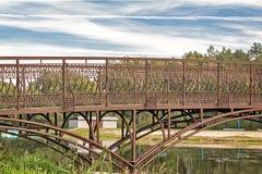 在一条小河的金属桥梁 库存图片
