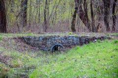 在一条小的河的一座石桥梁 免版税库存图片