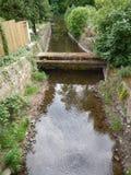 在一条小耕种的小河的结构 库存照片