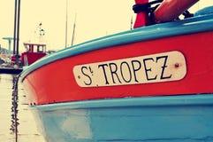 在一条小船写的圣特罗佩,有一个减速火箭的作用的 免版税库存照片