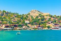 在一条小船的土耳其家庭航行在Kalekoy 免版税库存照片