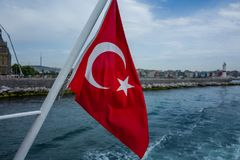 在一条小船的土耳其旗子在伊斯坦布尔,土耳其 免版税库存图片