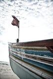 在一条小船的旗子在海岸 图库摄影