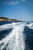 在一条小船的步行在海 库存照片