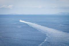 在一条小船的步行在海 免版税库存图片