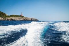 在一条小船的步行在海 库存图片