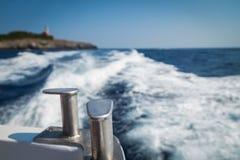 在一条小船的步行在海 免版税库存照片
