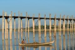 在一条小船的渔夫缅甸风帆在U Bein桥梁 缅甸 库存照片