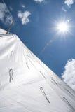 在一条小船的白色风帆反对天空在一个晴天 库存照片