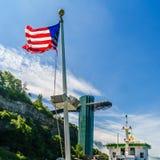 在一条小船的美国国旗在尼亚加拉瀑布 免版税库存图片