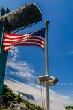 在一条小船的美国国旗在尼亚加拉瀑布 免版税库存照片