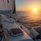 在一条小船的美好的日落在公海 免版税库存照片