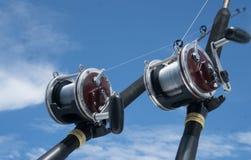 在一条小船的钓鱼竿在蓝天 库存照片