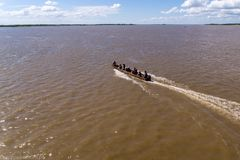 在一条小船的顶视图在黑龙江,俄罗斯,哈巴罗夫斯克 库存图片