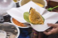 在一条小船的食物泰国在被弄脏的背景中 免版税库存图片