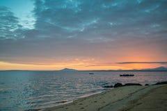 在一条小船的Fishermans划船在日出 免版税图库摄影