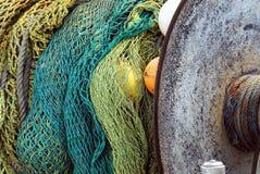在一条小船盘绕的澳大利亚五颜六色的捕鱼网在Mirembu 免版税库存图片